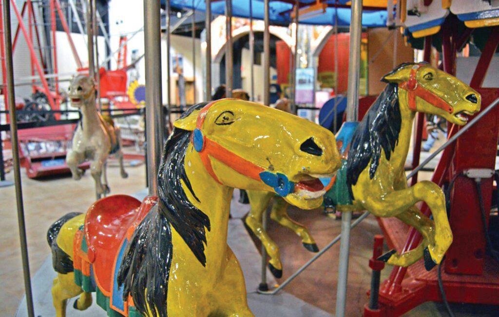 Alan Herschell amerikāņu skaistumkopšanas karuselis Riverview Starptautiskajā neatkarīgo ekspozīciju muzejā ir veidots tā, lai cilvēki varētu braukt blakus diviem cilvēkiem.