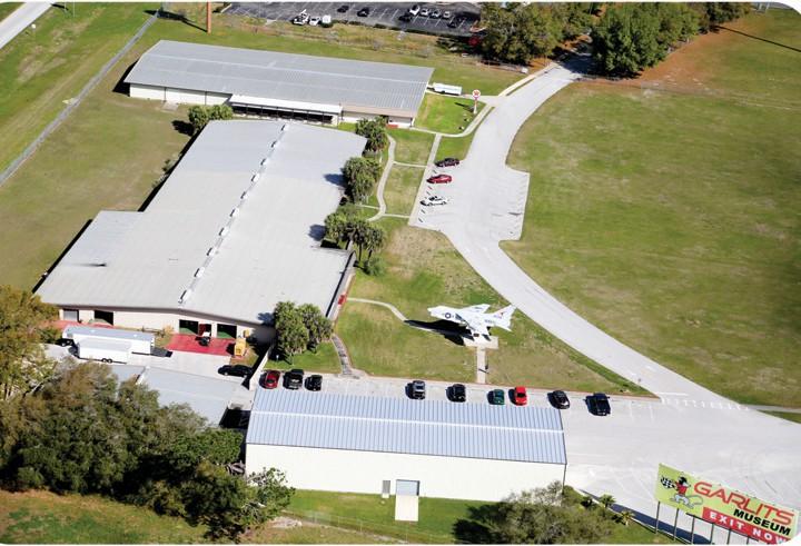 Donas Garlitsas dragreisa muzejs atrodas Okalā pie 75. starpvalstu štata. Ja paveiksies, pats Garlits kungs apmeklēs savu muzeju.